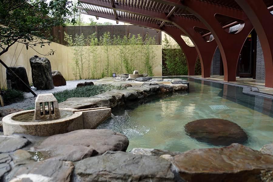 〈宜蘭力麗威斯汀〉的男女大眾湯區皆有戶外造景的露天風呂池,且每天對調供男賓與女客體驗不同泡湯樂趣。(圖/姚舜攝)