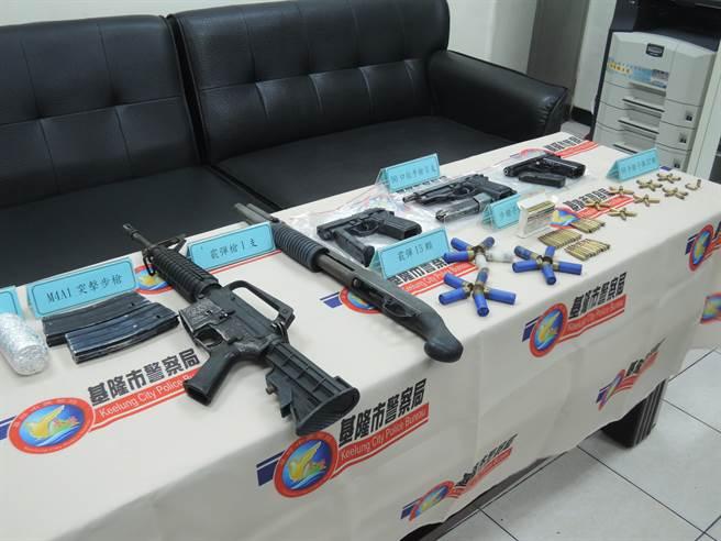 基隆市警方查獲李男所持有的美製軍用M4A1突擊步槍1枝、霰彈槍1枝、改造手槍3枝、震撼彈1枚及各式子彈99顆。(張穎齊攝)