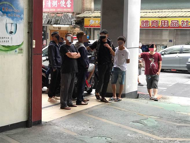 當時與李男一起躲藏的同夥在警局外聚集,目送李男送辦。(張穎齊攝)