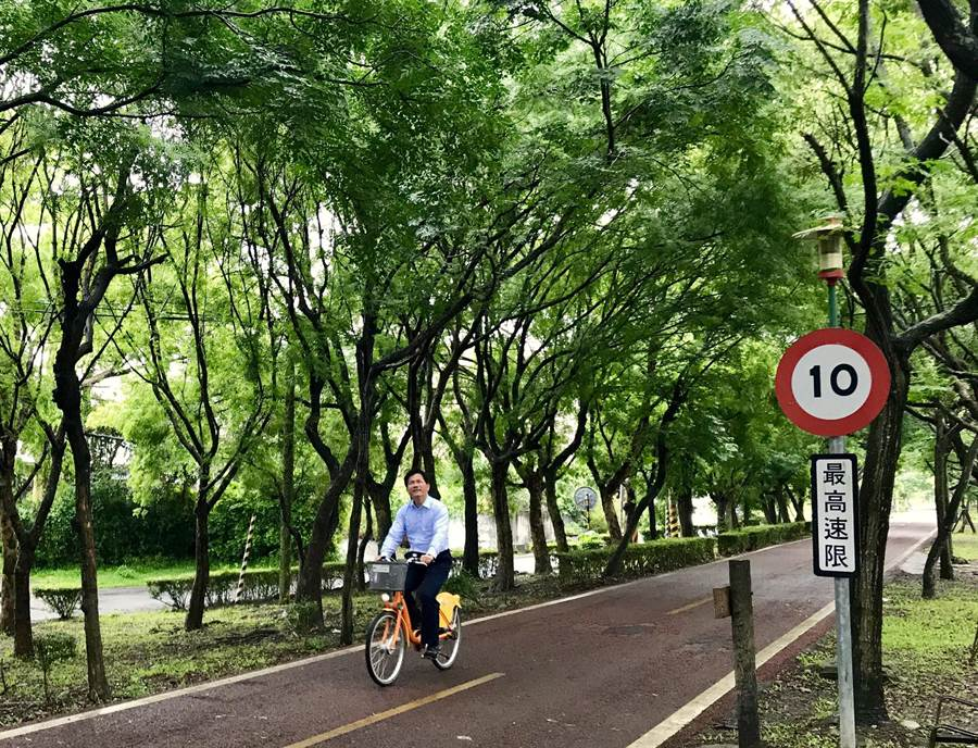 林佳龍今天一早在上班前特地繞到東豐自行車道騎腳踏車;並宣布將完整保留東豐自行車道綠廊,東豐快將調整工法配合!(陳世宗翻攝)