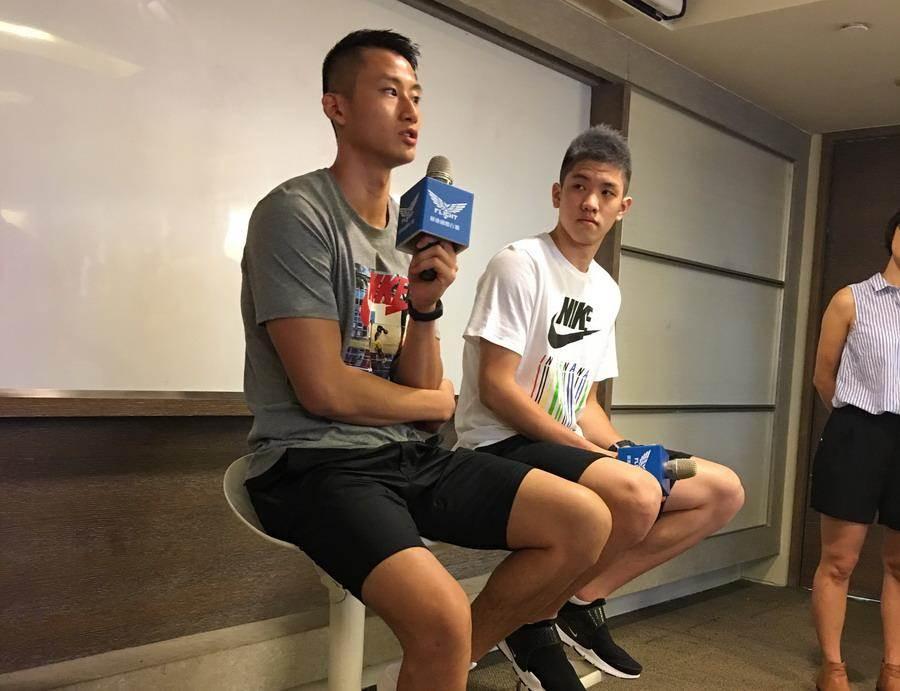 走過雙膝受傷漫長的復健期,吳永盛(左)強調自己會更進步。(黃及人攝)