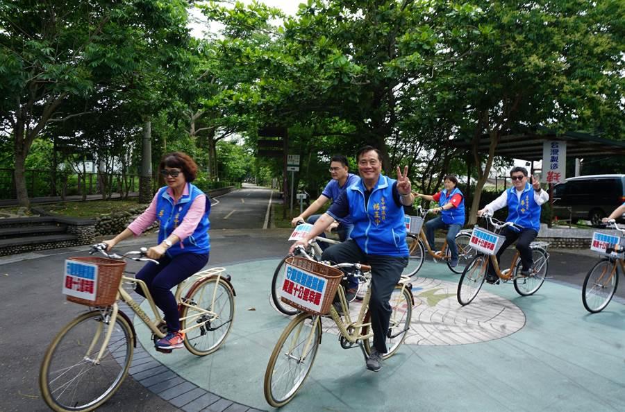 台中市議員李麗華(左起)、楊正中、李中等人,前往東豐綠廊騎自行車,捍衛鐵馬道。(王文吉攝)