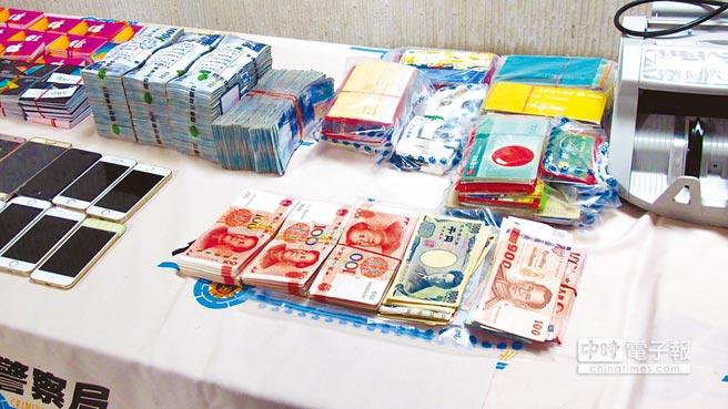 警方共查扣到現金300多萬元及數萬元人民幣、日幣、港幣、泰銖等外幣、1118張Google play儲值卡、200餘本存摺、U盾、300萬元本票、委託書等贓證物。(林郁平攝)