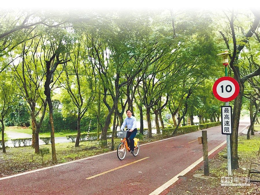 台中市長林佳龍昨天一早前往東豐綠廊,騎腳踏車體驗當地美景,並透過臉書宣布「要完整保留綠廊」。(翻攝臉書)