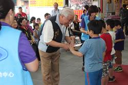 苗栗保民宮頒獎學金 鼓勵家扶受助兒向學