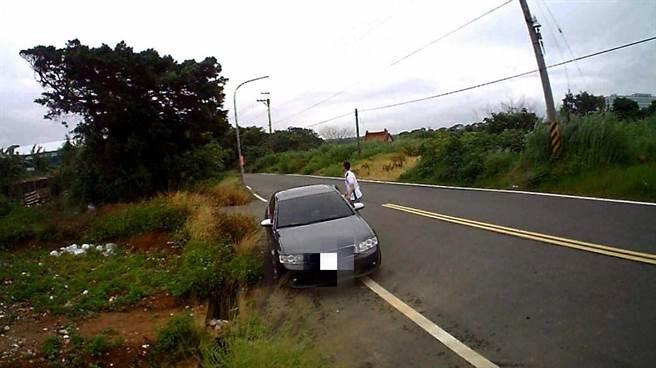 曾姓男子駕駛名車棄置垃圾,行徑全被錄影機拍下。(莊旻靜翻攝)