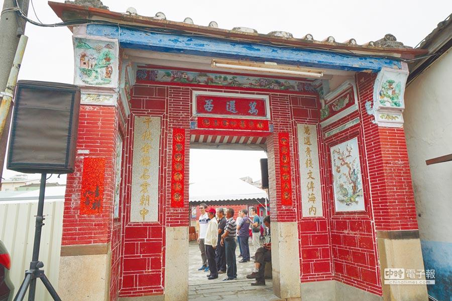 萬中選一  「萬選居」左側立有門樓,以交趾陶裝飾,門額上有「萬選居」泥塑匾額。(王文吉攝)