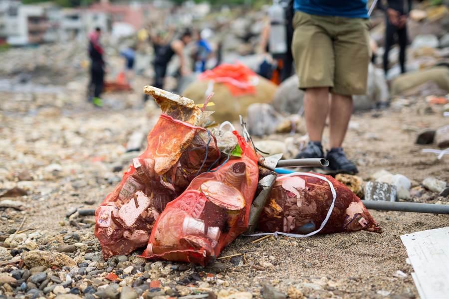 台灣有著豐富的海洋資源,每年吸引了不少觀光客遊玩,近年來卻受到中國大陸等地漂至的海洋垃圾不斷侵擾,台灣淪為「垃圾之島」。(圖/綠色和平提供)