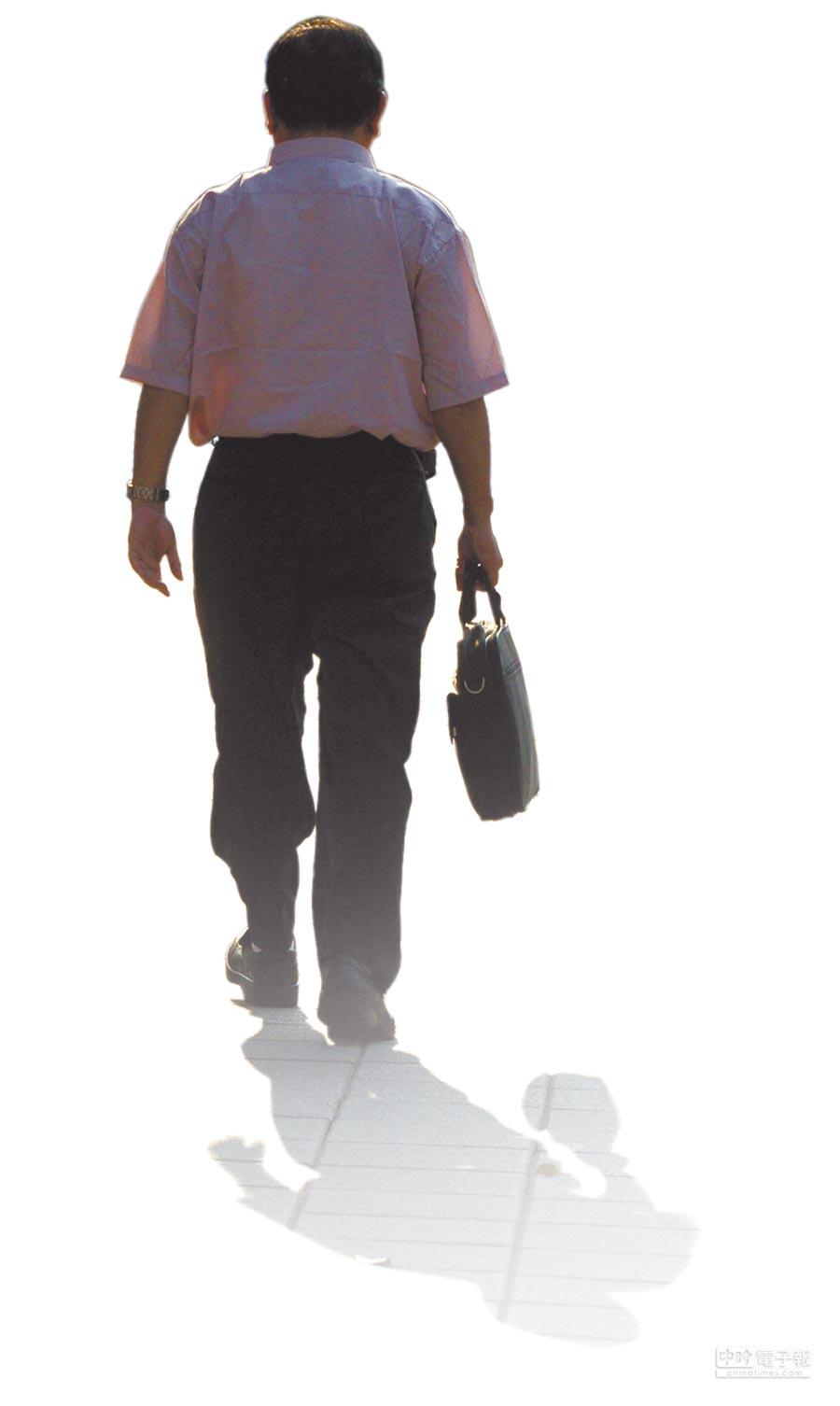 職涯更長久  根據銓敘部規畫,減薪減時的人力,也可彌補請育嬰假、長期病假、家庭照顧假等人力需求。圖為公務員下班後步出辦公室後的身影。   (本報資料照片)
