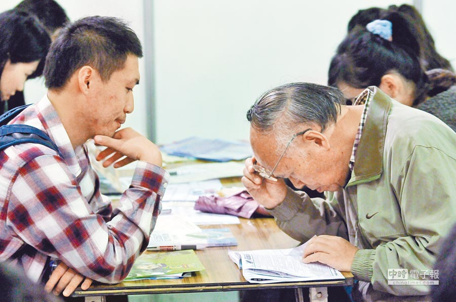 人口老化嚴重,如何善用銀髮人力,也是政府的重大課題之一。(本報資料照片)