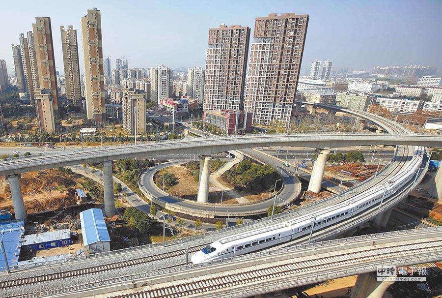 漢寧城際鐵路列車在武漢市區行駛。(新華社)