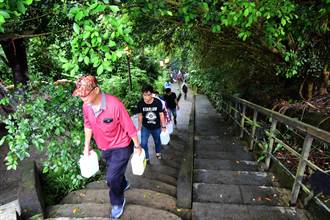 鹿野鄉永安村民取午時水 相傳可收驚解厄