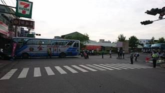 校車衝進早餐店 司機情急肉身擋車