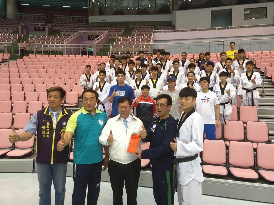 桃園巨蛋將在1日起舉辦世大運測試賽,市長鄭文燦致贈中華隊加菜金。(黃邱倫攝)