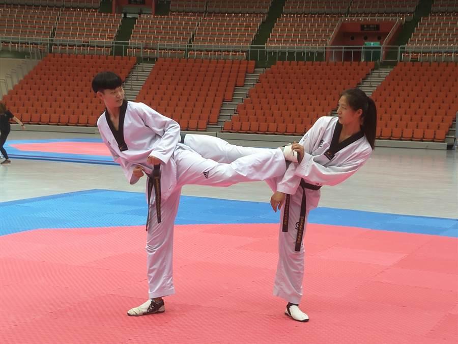 台北世大運中華跆拳道代表隊隊長莊佳佳(左)有信心奪取佳績。(黃邱倫攝)