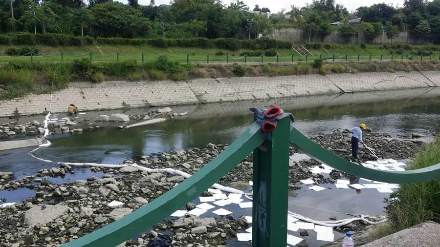和桐化學仁武廠派員進河道清汙並更換在後勁溪設置的攔油索。(環保局提供)