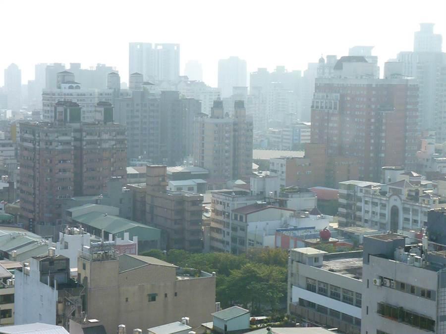 空汙問題讓台灣民眾受到死亡威脅!圖為台中市容。(資料照片 陳世宗攝)