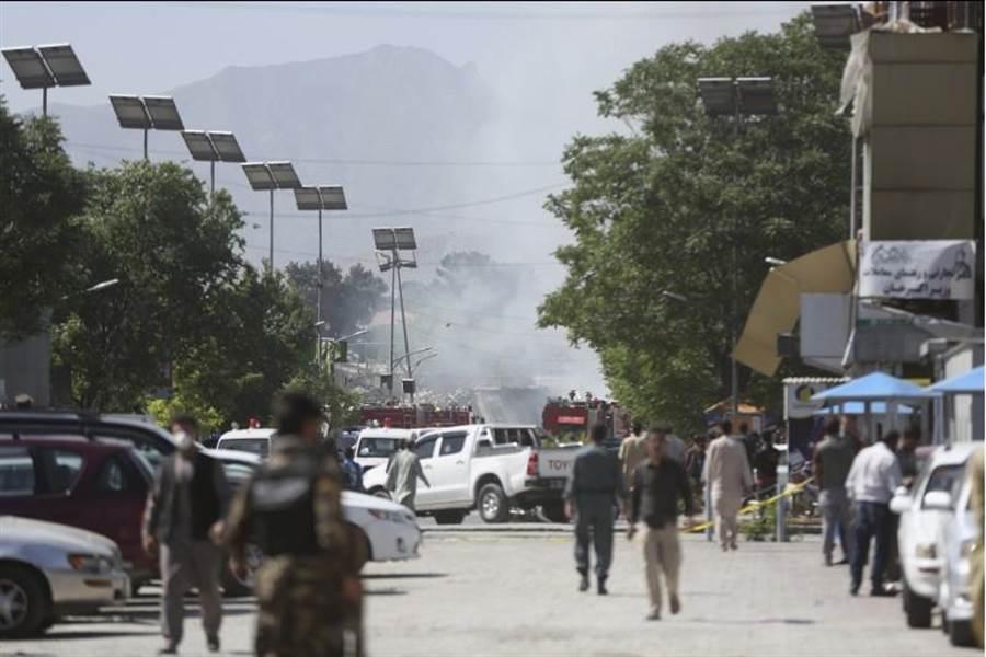 阿富汗進入齋戒月的第一星期,首都喀布爾使館區31日尖峰時段遭自殺炸彈恐怖攻擊,圖為安全部隊檢視現場的畫面。(圖/美聯社)