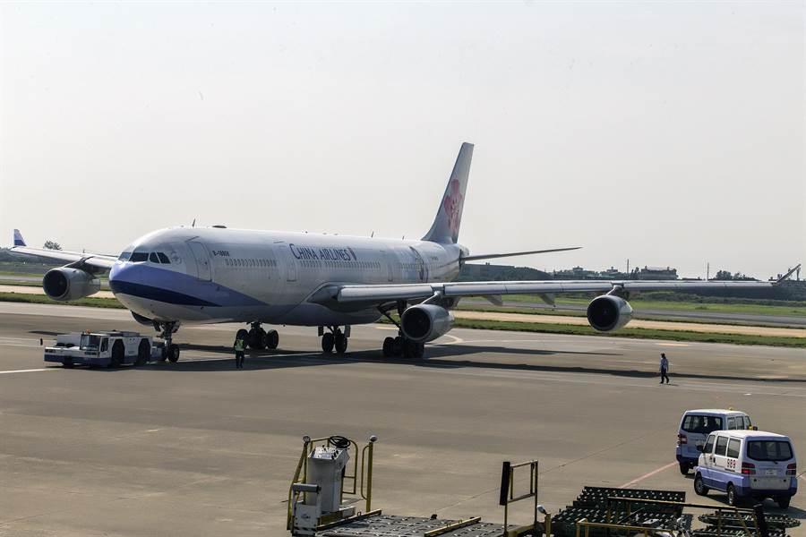 中華航空公司客機編號B-18806空中巴士A340-300型客機,31日下午執行最後1次飛航勤務往返香港。(陳麒全攝)