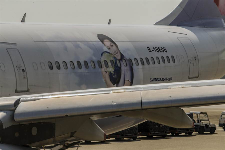 最後1架機身編號B-18806,漆有華航空姐身影的「太平洋溫室效應氣體觀測機」彩繪機擔綱最後一次的飛勤任務後,也將退役。(陳麒全攝)