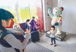 台東火車站 15隻泰迪熊迎賓