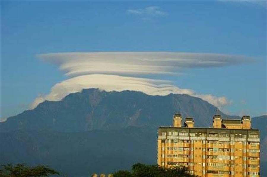 屏東大武山31日出現莢狀雲美景。(取自鄭明典臉書/葉倉華網友提供)