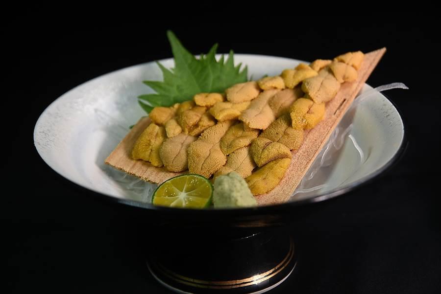 在〈子元〉點〈唐津赤海膽〉,一次可以吃20瓣,非常過癮。(圖/姚舜攝)