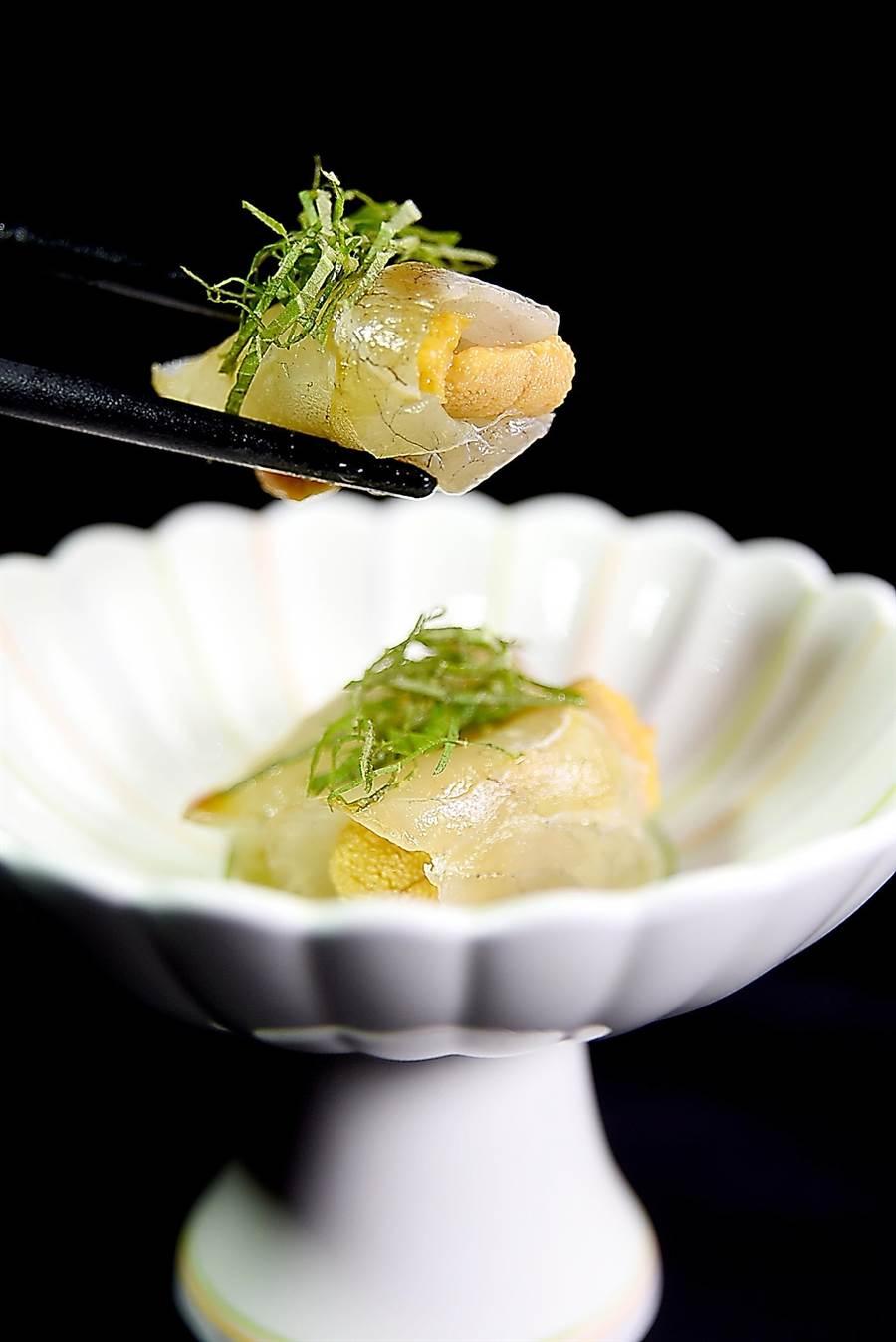 用昆布醃漬過的鯛魚片包捲唐津赤海膽作餡,味道鹹鮮甘甜交織激盪,非常美味。(圖/姚舜攝)