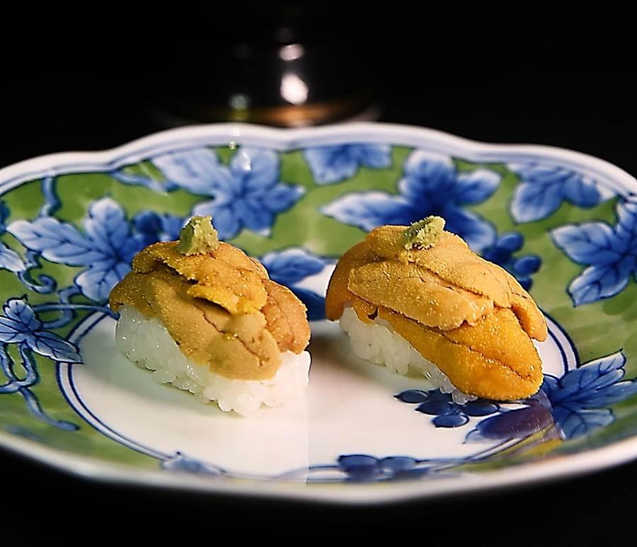 唐津赤海膽的風味濃郁,〈子元〉以之作握壽司很大器。(圖/姚舜攝)