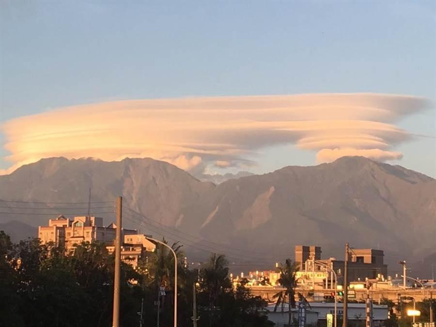 晴空下大武山頂出現層層疊疊的莢狀雲,美不勝收。(Zhi Xing Lin/爆料公社)