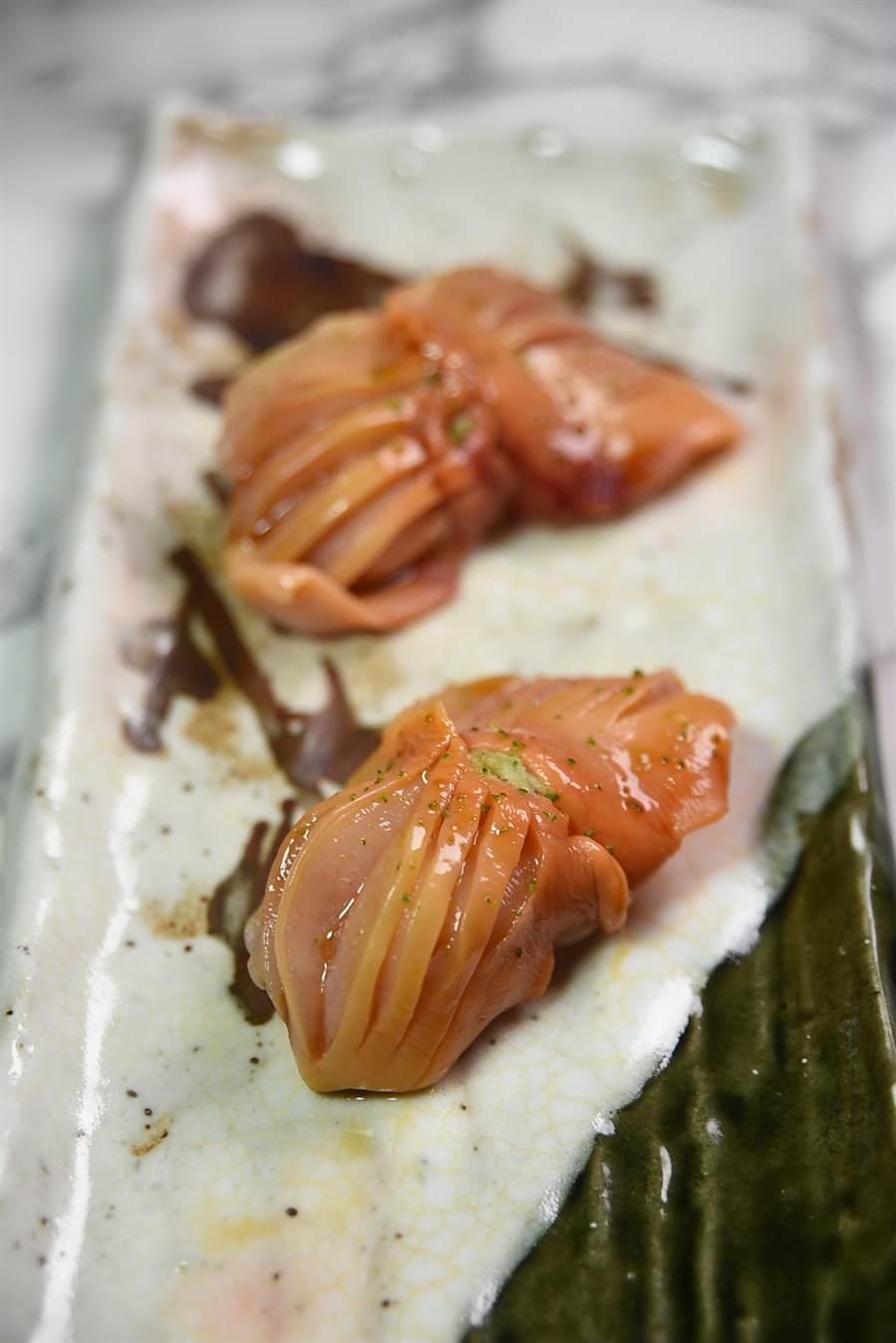 用山口縣赤貝作竹的握壽司,赤貝彈Q緊實並有甜度。(圖/姚舜攝)