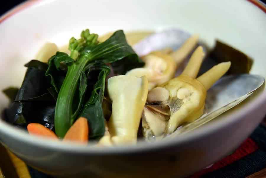 來自九州福岡的竹貝,口感非常彈Q,阿德以竹筍搭配煨煮。(圖/姚舜攝)