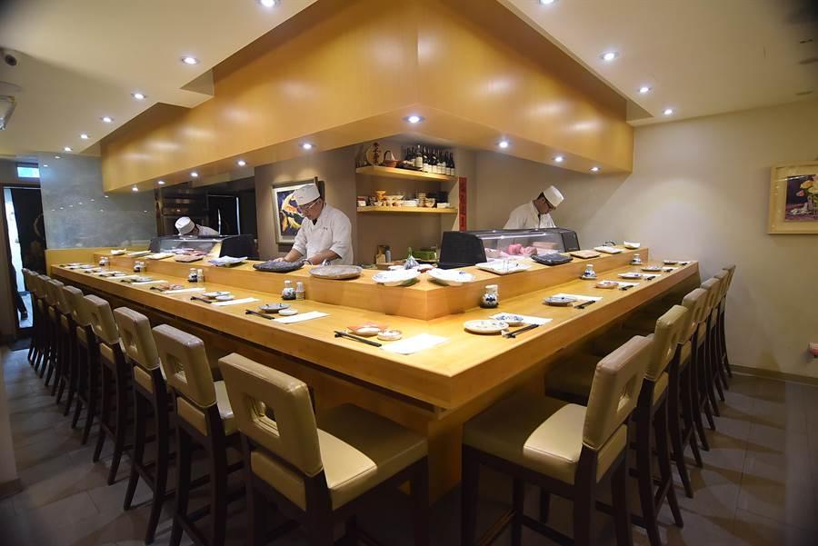 〈子元.壽司割烹〉店內設有壽司檯,食客可以與廚師互動。(圖/姚舜攝)