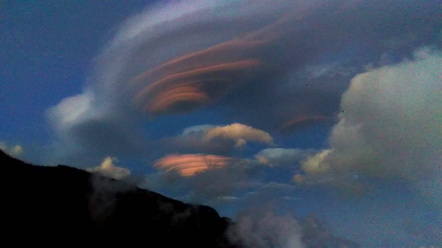 飛碟雲變幻萬千,令人目眩神迷。(嘪慶霖提供)