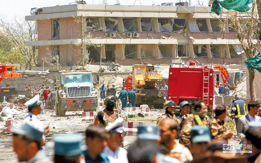 死傷慘重  →德國大使館被炸嚴重受損,安全和救護人員在現場搶救傷患。(美聯社)