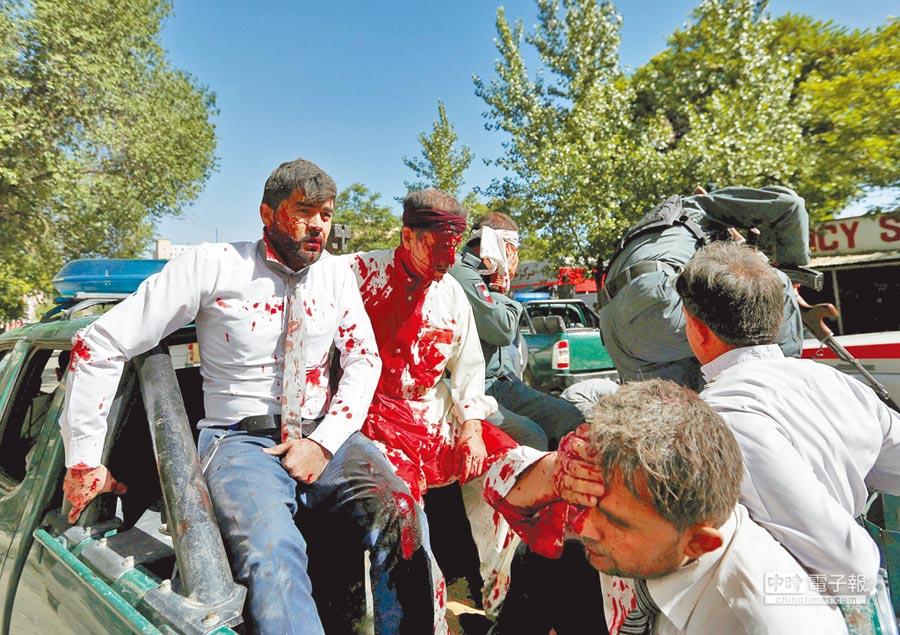 阿富汗首都喀布爾使館區昨日遭到卡車自殺炸彈攻擊,幾名傷者被送抵醫院救治。(路透)
