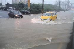 暴雨狂襲北海岸 民宅、道路成游泳池