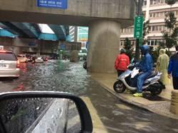 林口長庚周邊道路淹大水 進出醫院要小心