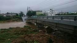 豪雨釀溪水暴漲 金山磺溪橋斷兩截