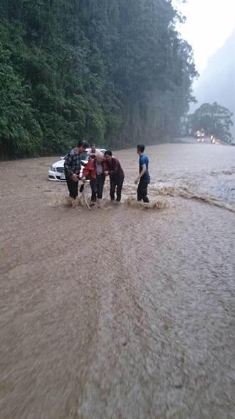 苗62線錦卦路段淹水嚴重 1車3人險受困