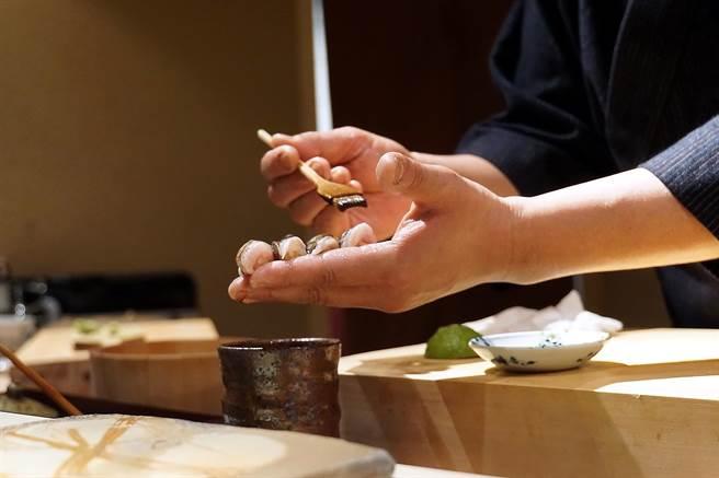 足立浩正讓食饕激賞的是,他會以特調的不同醬汁為不同的握壽司提味。(圖/姚舜攝)