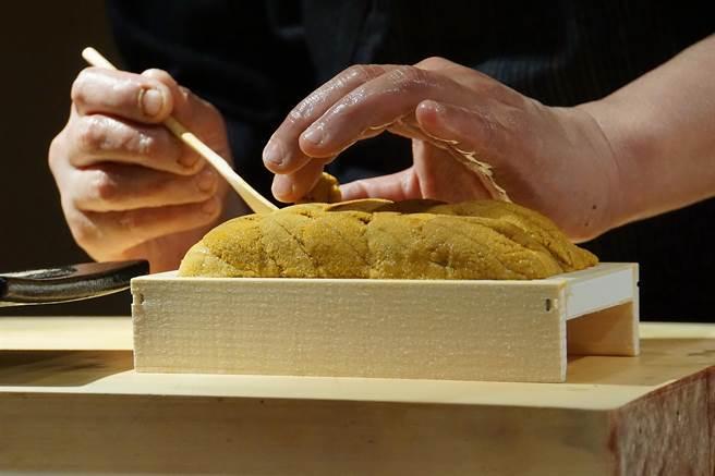 「Adachi足立」引進的北海道的紫海膽,味道濃郁、甘甜中帶有微微海味。(圖/姚舜攝)