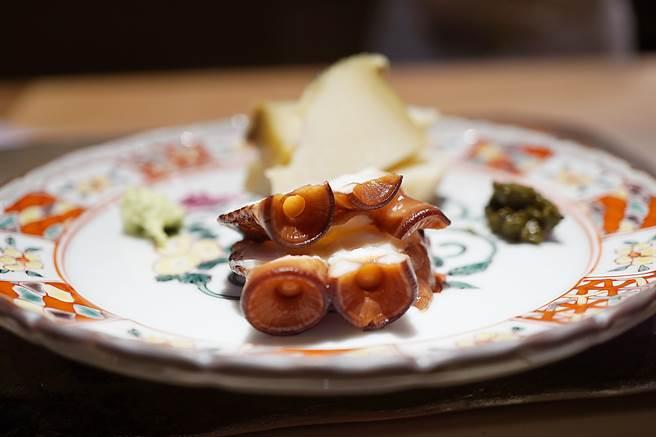 用章魚腳上吸盤烹調的〈章魚煮〉,口感軟嫩中帶有彈Q,吃時時以沾點紫蘇鹽提味。(圖/姚舜攝)