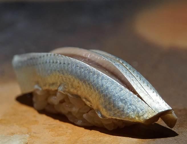 足立浩正賦味的手法很多元,圖中魚肉用刀工切出的凹槽就「夾藏」著醬汁。(圖/姚舜攝)