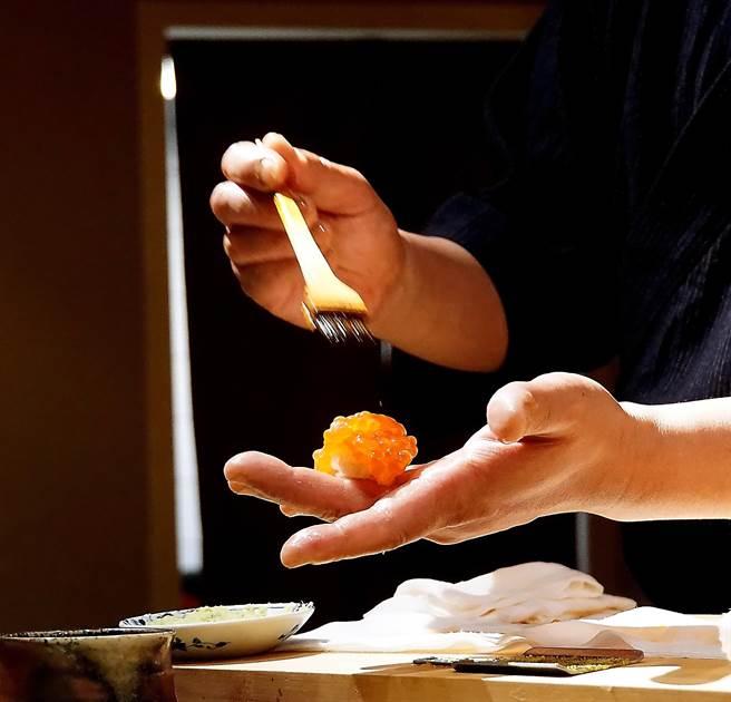 足立浩正捏製壽司、刷醬的動作與過程,頗有幾分「秀味」,總是搶眼吸睛。(圖/姚舜攝)