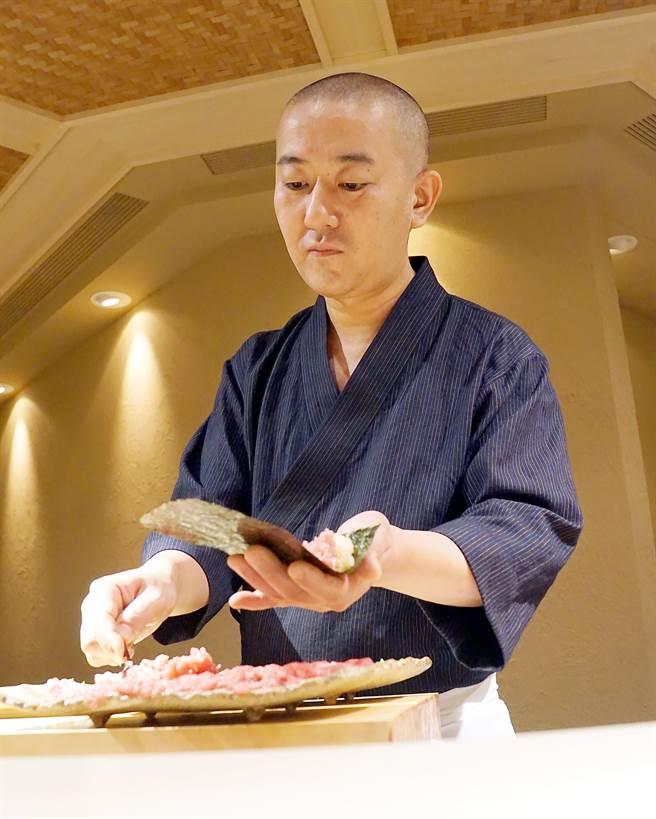 足立浩正(Hiromasa Adachi)料理時的神態很專注且自若。(圖/姚舜攝)