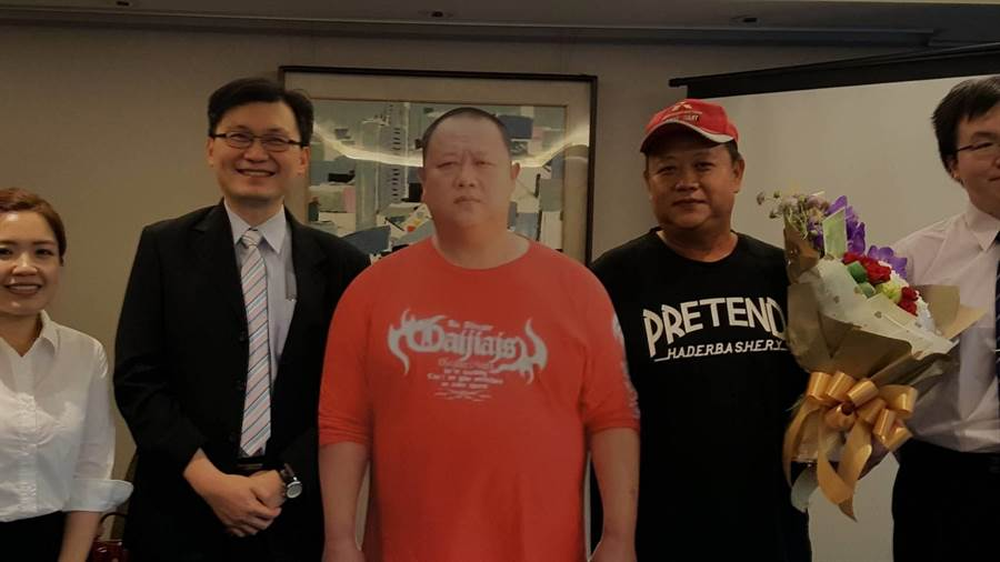 林先生(右2)最重胖至138公斤(中間紅衣人型立牌),靠減重手術60天甩肉30公斤。(倪浩倫攝)