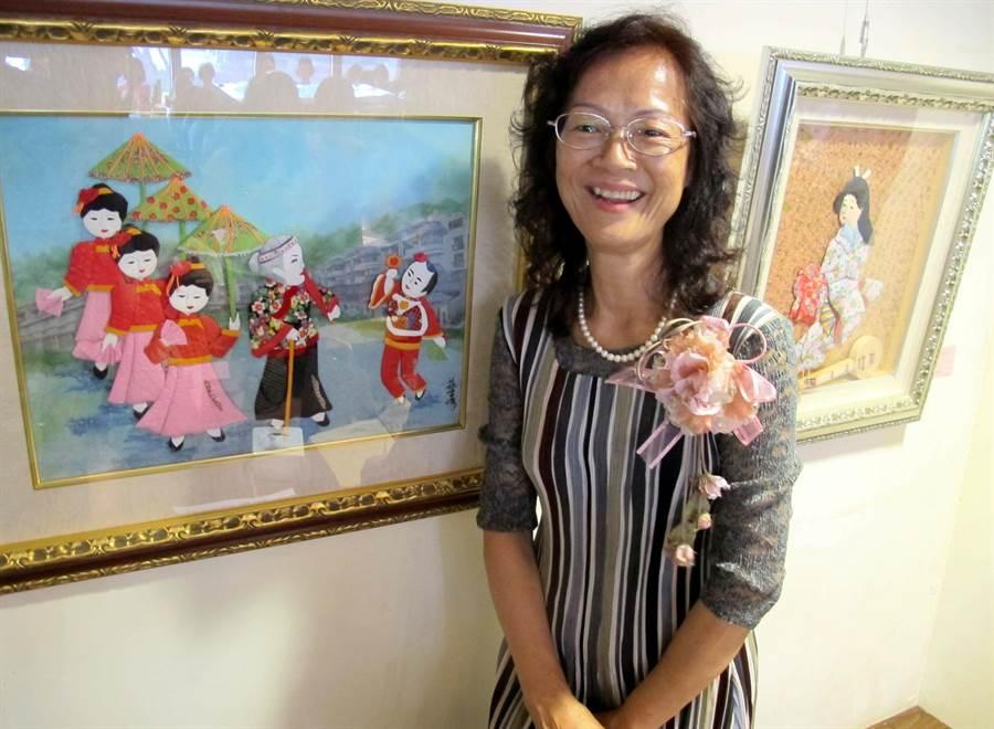 蔡雪(土屏)紙藝創作展2日起在國立科工館北館2樓咖啡藝廊內展出,圖為她與作品「婆祖出巡」,融合摺紙及棉紙撕畫。(呂素麗攝)
