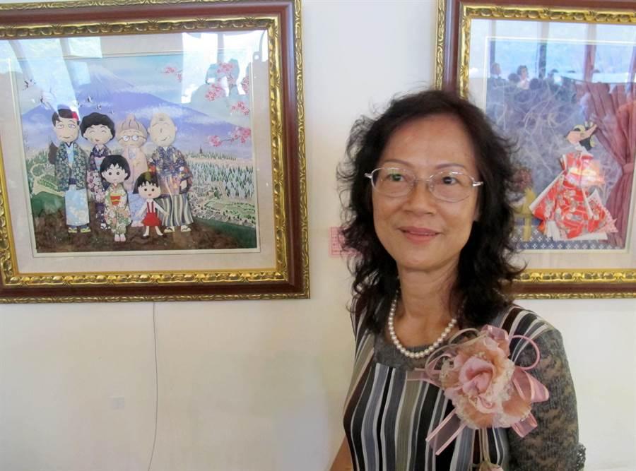 蔡雪(土屏)紙藝創作展2日起在國立科工館北館2樓咖啡藝廊內展出,圖為她與作品「小丸子家族出遊去」 ,融合摺紙及棉紙撕畫。(呂素麗攝)