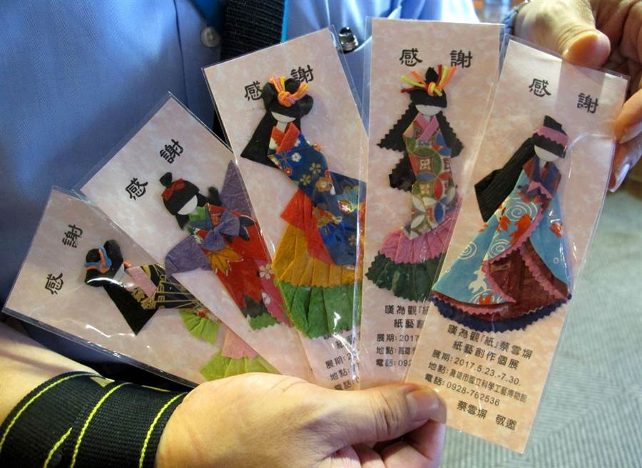 蔡雪(土屏)紙藝創作展2日起在國立科工館展出,她贈送和服卡哇伊日式精緻摺紙娃娃與大家結緣。(呂素麗攝)